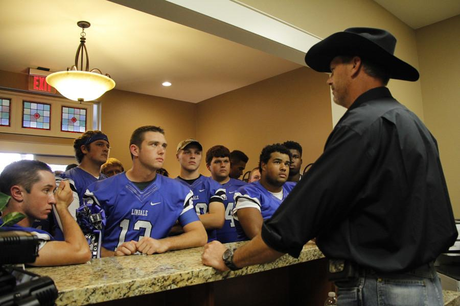 Varsity+football+meets+former+Dallas+Cowboy